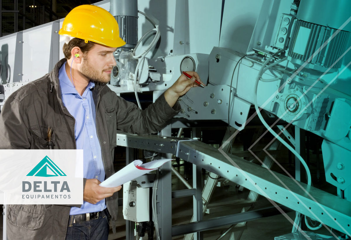 Homen avaliando uma máquina - Por que a manutenção preventiva têxtil é importante?