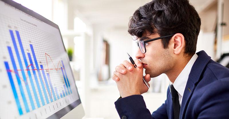 Pessoas operando um tablet vendo indicadores do crescimento da indústria têxtil.