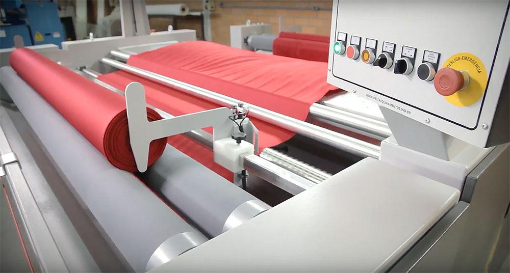 Máquina têxtil, que ajuda na padronização de processos dentro da produção têxtil.