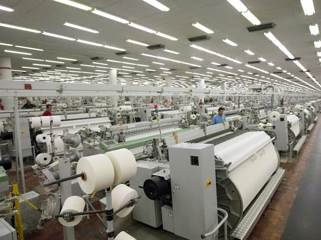 Parte interna de uma indústria de produção têxtil.