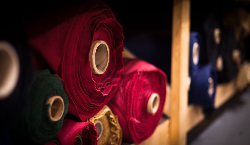 Rolos de malha em depósito, que não utiliza um modelo de armazenamento colmeia, que é o mais indicado para um controle de qualidade têxtil eficiente.