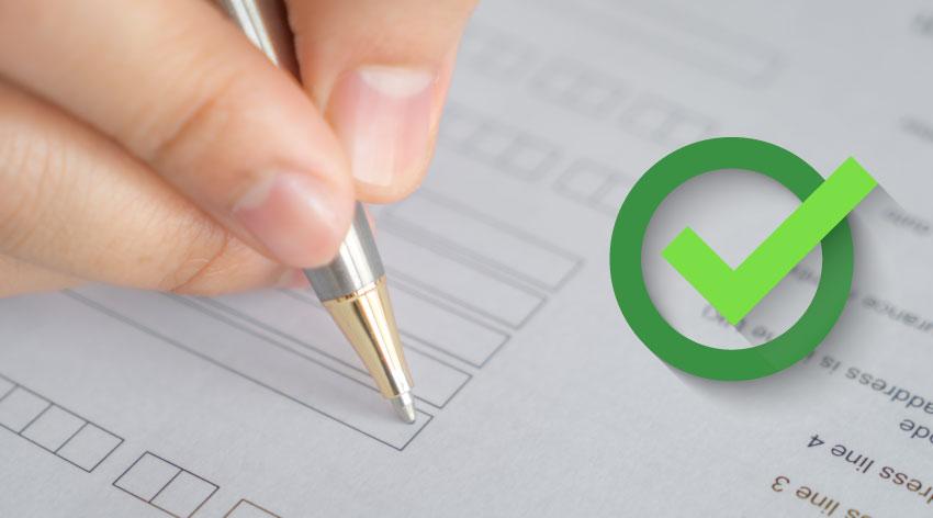 Pessoa fazendo um checklist em uma ficha técnica sobre a produtividade têxtil da fábrica de confecção.