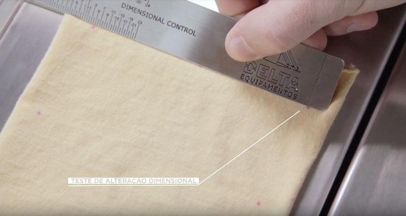 Controle de qualidade sendo realizado de acordo com a gestão da produção.
