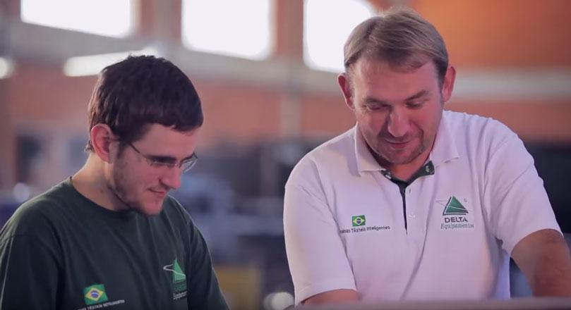 Dois funcionários conversando sobre as praticas encaminhas do PCP, o que demonstra o quanto comunicação com o PCP é importante.