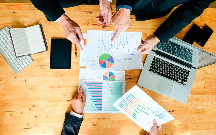 Equipe de vendas realizando o planejamento comercial em uma indústria têxtil, entre um dos pontos levantados está a importância da comunicação com o PCP.