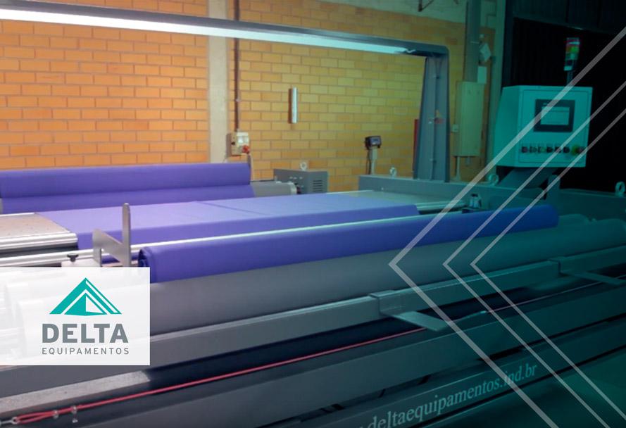 Máquina dentro de uma empresa têxtil.