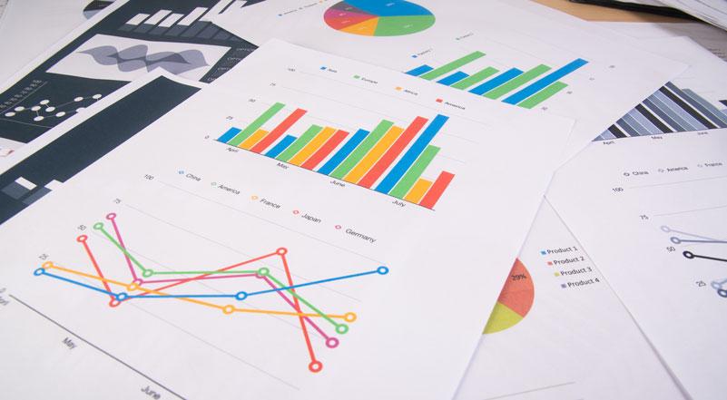 Gráficos de controle de qualidade sobre a mesa, em uma fábrica de Confecção na indústria 4.0
