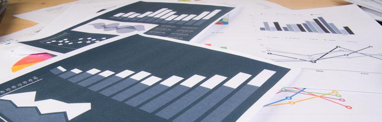 Informes de control de calidad sobre la mesa, este tipo de análisis ayuda a mejorar la eficiencia de la confección