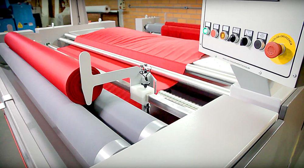 Máquinas têxtil em funcionamento.