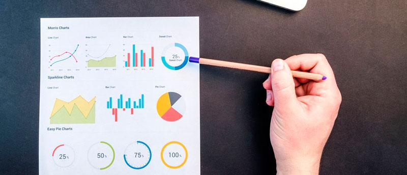 Pessoa validando indicadores de controle de qualidade para saber a eficiência produtiva do setor.