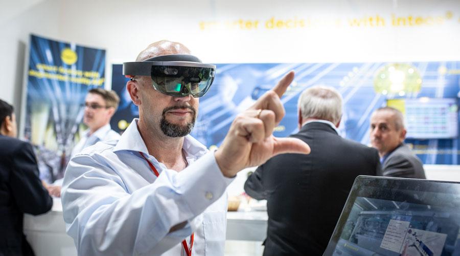 Homem testando a novidade com óculos de realidade aumentada na ITMA 2019.